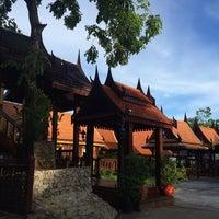 Photo taken at Earw Thai Chinese Restaurant by Bihn T. on 6/1/2014