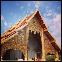 Foto tirada no(a) Wat Phra Singh Waramahavihan por Weerasak S. em 12/26/2012