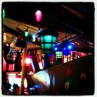 10/19/2012 tarihinde Nellaziyaretçi tarafından Navy Jerry's Rum Bar'de çekilen fotoğraf