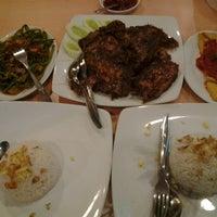 Photo taken at Ayam Tulang Lunak Hayam Wuruk by Then D. on 11/2/2012