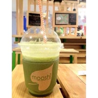 Photo taken at Mooshi Green Smoothie + Juice Bar by chacha e. on 3/10/2014