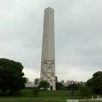 Foto tirada no(a) Obelisco Mausoléu aos Heróis de 32 por Ricardo S. em 12/23/2012