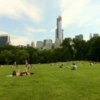 Foto tirada no(a) Sheep Meadow por Robert R. em 5/31/2013