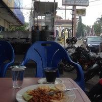 Photo taken at Baroena Warung kupi & Mie Aceh by Rory A. on 2/16/2014