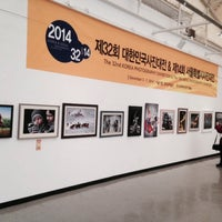 Photo taken at 서울시립미술관 경희궁분관 by Myounghee H. on 12/6/2014