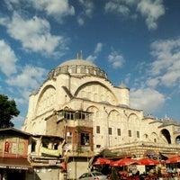 Das Foto wurde bei Edirnekapı Mihrimah-Sultan-Moschee von Ali Uğur Ö. am 4/26/2012 aufgenommen