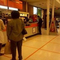 Photo prise au Shoppers Food Warehouse par Rusty H. le10/12/2011