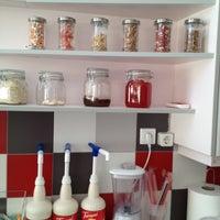 รูปภาพถ่ายที่ Yummy Greek Frozen Yogurt โดย Gela K. เมื่อ 8/18/2012