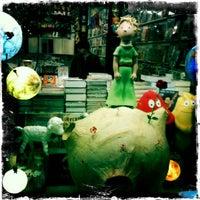Foto tomada en Continuarà Còmics por Burcu M. el 12/14/2011