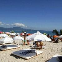 Foto tirada no(a) Praia de Jurerê Internacional por Diego B. em 12/20/2011