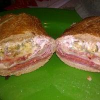 12/3/2011 tarihinde Joel G.ziyaretçi tarafından Snarf's Sandwiches'de çekilen fotoğraf