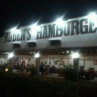 Das Foto wurde bei Ruben's Hamburgers von Cony R. am 8/14/2012 aufgenommen