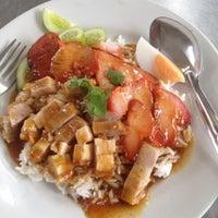 Photo taken at ข้าวหมูแดง หมูกรอบ วัดเพลง by 🌼 SUCHA on 8/2/2012
