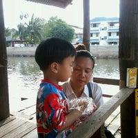 Photo taken at ท่าน้ำปล่อยปลาวัดโพสพ by JieBoJai J. on 2/18/2012