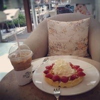 Photo taken at Peony Teafé and Gallery by Jyanzi C. on 5/21/2012