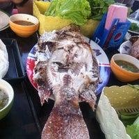 Photo taken at Bigboss เมี่องปลาเผา ริมทางรถไฟ by Bomb L. on 4/24/2012
