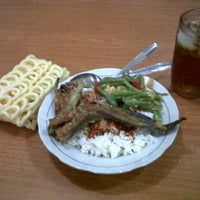 Photo taken at rumah makan rata-rata masakan nusantara by Bagus M. on 3/9/2012