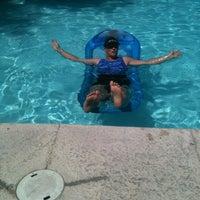 รูปภาพถ่ายที่ Church Of The Clear Pool And Beer Bar โดย Holly G. เมื่อ 6/3/2012