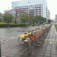 Photo taken at Youbike 信義廣場 (台北101) Xinyi Square (Taipei 101) by Po-chiang C. on 2/23/2012