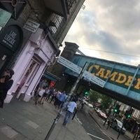 รูปภาพถ่ายที่ Camden Town โดย Ebru G. เมื่อ 10/1/2018