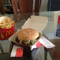 Foto tirada no(a) McDonald's por Victor M. em 7/13/2013