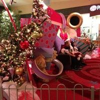 Foto tomada en Queens Center Mall por Clari O. el 12/24/2012
