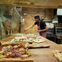 2/4/2017 tarihinde Jędrzej K.ziyaretçi tarafından Pazzi X Pizza'de çekilen fotoğraf