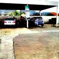 Das Foto wurde bei Shell Manual Car Wash BK2 von DinoBamBino™ am 9/27/2013 aufgenommen