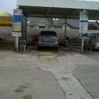 Das Foto wurde bei Shell Manual Car Wash BK2 von DinoBamBino™ am 3/10/2013 aufgenommen