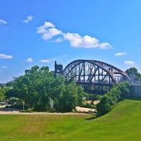 Foto tomada en Clinton Presidential Park Bridge por Faith H. el 7/5/2018