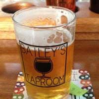 Foto tirada no(a) Bailey's Taproom por Bill A. em 5/21/2013