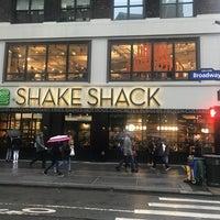 Foto tirada no(a) Shake Shack por Rafaela Marie R. em 2/23/2018