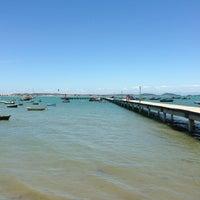 Foto tirada no(a) Praia de Manguinhos por Nina C. em 2/24/2013