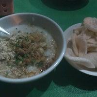 Photo taken at Bubur Ayam Jakarta Mang Dudung by Damar T. on 12/22/2012