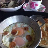 Photo taken at เจ๊หุย โจ๊ก ไข่กะทะ อาหารเช้า by Aey on 6/13/2014