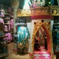 Foto tomada en Disney Store por Xavier G. el 11/4/2012
