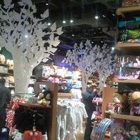 Foto tomada en Disney Store por Xavier G. el 2/17/2013