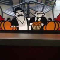 Foto tomada en Einstein Bros Bagels por Sarah L. el 11/10/2012