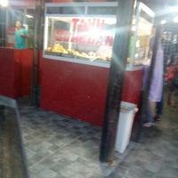 Photo taken at Tahu Sumedang Mulya Sari by Ari S P. on 3/27/2016