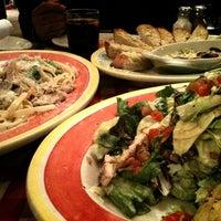 Foto tomada en Italianni's por Cindy Z. el 12/18/2012
