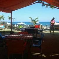 รูปภาพถ่ายที่ Ünlüselek Beach โดย Ayse U. เมื่อ 7/2/2013