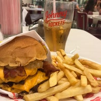 Foto tirada no(a) Johnny Rockets por Bruno G. em 5/27/2017