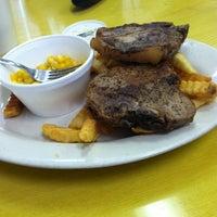 Das Foto wurde bei Cue's Burgers 'n More von Greg F. am 3/21/2014 aufgenommen