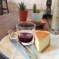 Foto scattata a INK&LION Café da Puupae il 9/4/2014