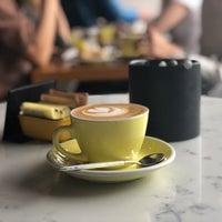 4/7/2018 tarihinde Avneesh K.ziyaretçi tarafından Three Seat Espresso & Barber'de çekilen fotoğraf