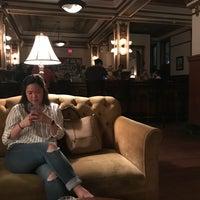 Foto tirada no(a) Public Services Wine & Whiskey por Sandy M. em 3/24/2018