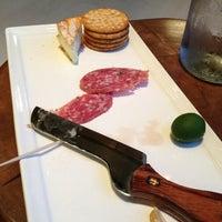 Das Foto wurde bei Cork Wine Bar von Ross W. am 3/10/2013 aufgenommen