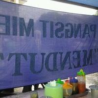 Photo taken at Mie pangsit mendut by Qonitah Q. on 4/5/2013