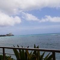 Photo taken at Sheraton Waikiki - The Edge of Waikiki Bar by Len Z. on 4/15/2018