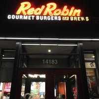 Photo taken at Red Robin Gourmet Burgers by Matthew L. on 11/13/2016